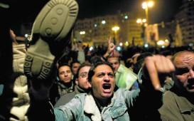 Schoenen opgeheven richting Mubarak op Tahrir
